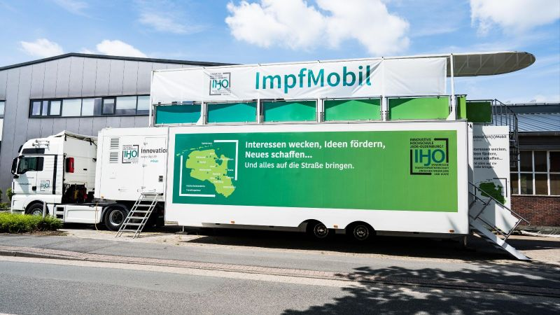 Das Foto zeigt einen Truck, der das Impfmobil zieht.